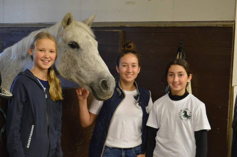 FIFI. Så¨heter hästen och hon omgivs av Sonja, Emilia Spano och Isabell Spano. Foto: Jonas Carlsson